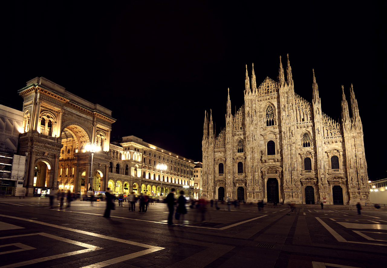 piazza-del-duomo-nightview-with-milan-cathedral