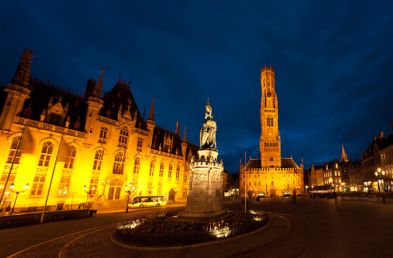 100514_brugge_belgium_grote_markt_square_provincial_court_belfry_night_bruges_travel_photography