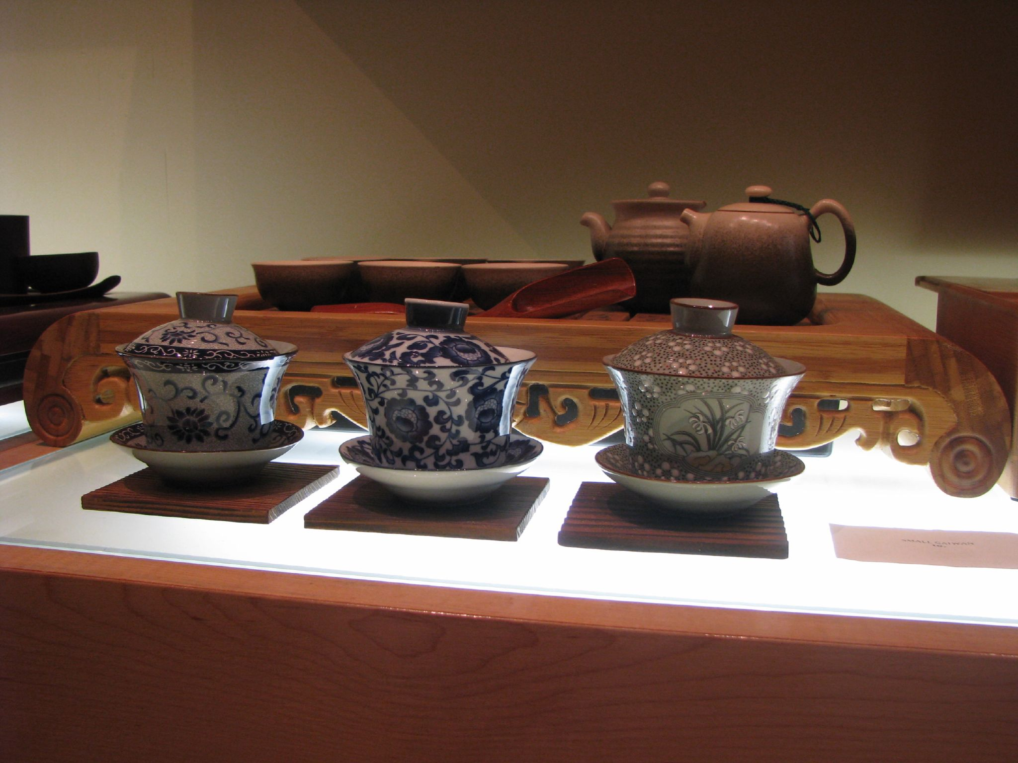 Chinese_tea_set_and_three_gaiwan