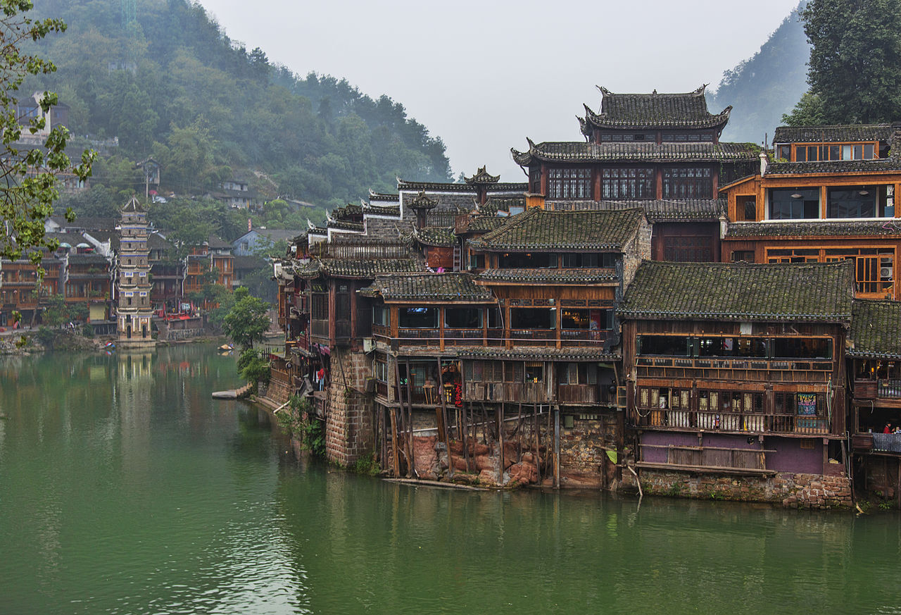 1280px-1_fenghuang_ancient_town_hunan_china